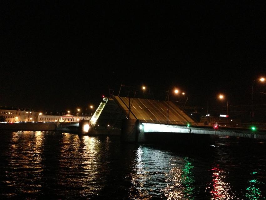 Разводные мосты - пожалуй самое романтичное в Петербурге