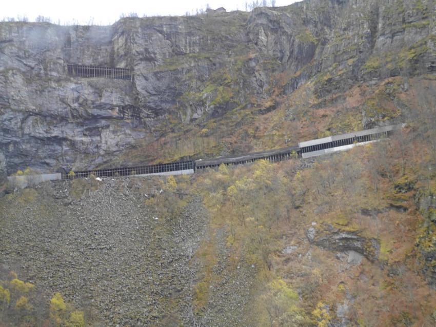 Многоуровневая дорога в скале