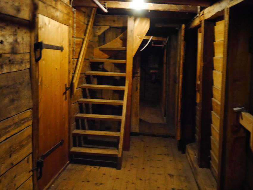 Внутри деревянных домиков
