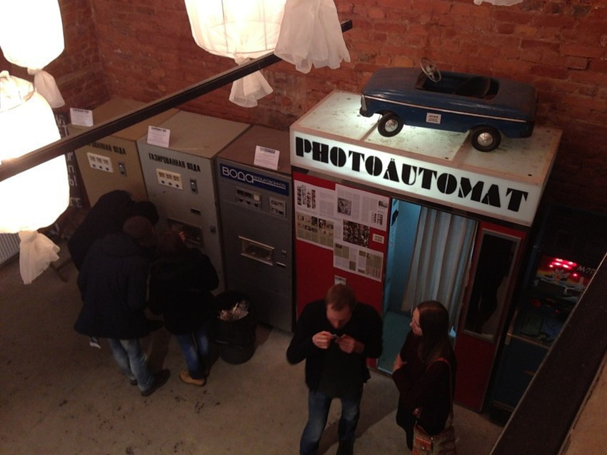 Фотокабинка и автомат с лимонадом