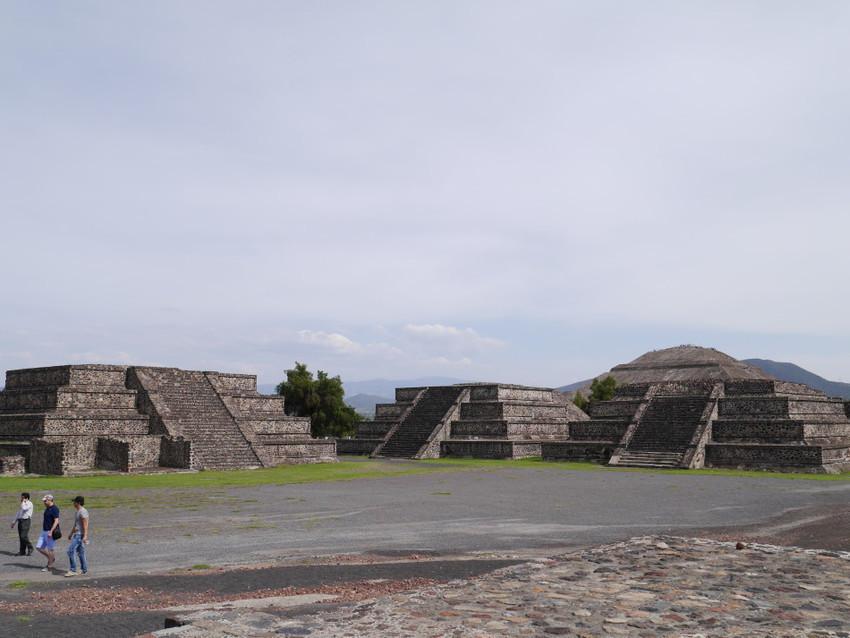 Небольшие пирамиды около пирамиды Луны