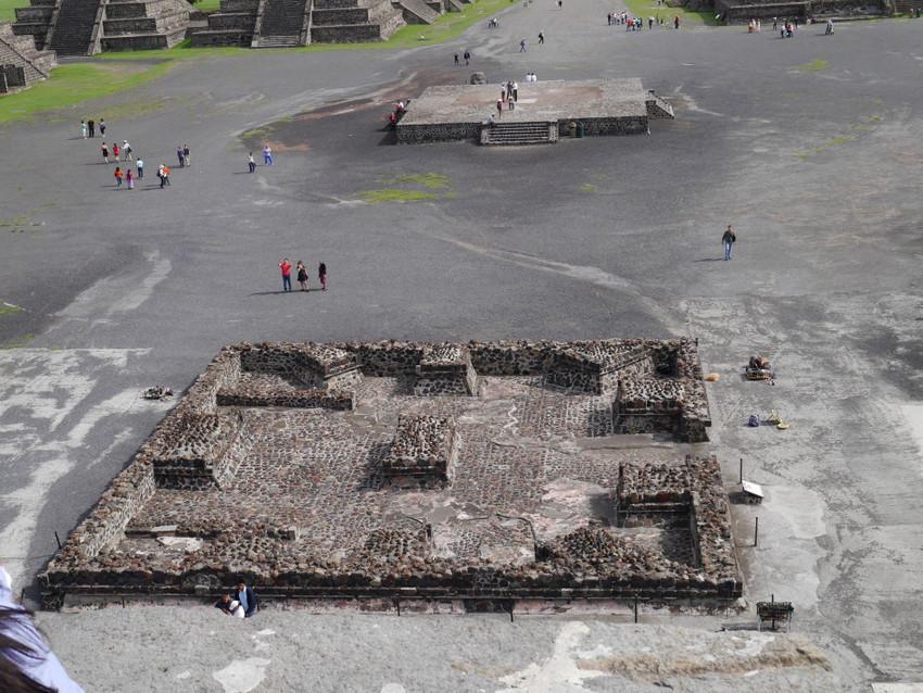 Площадка перед пирамидой Луны