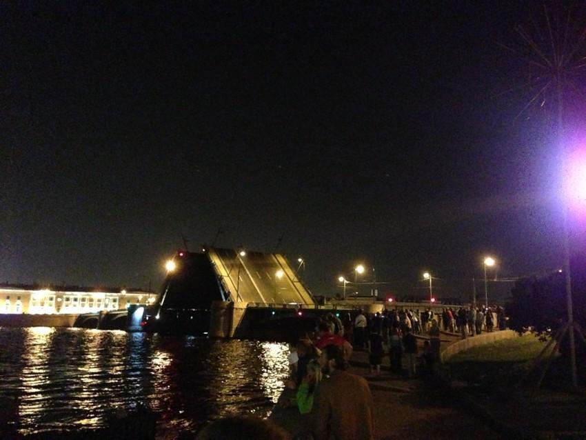 Развод Биржевого моста с набережной