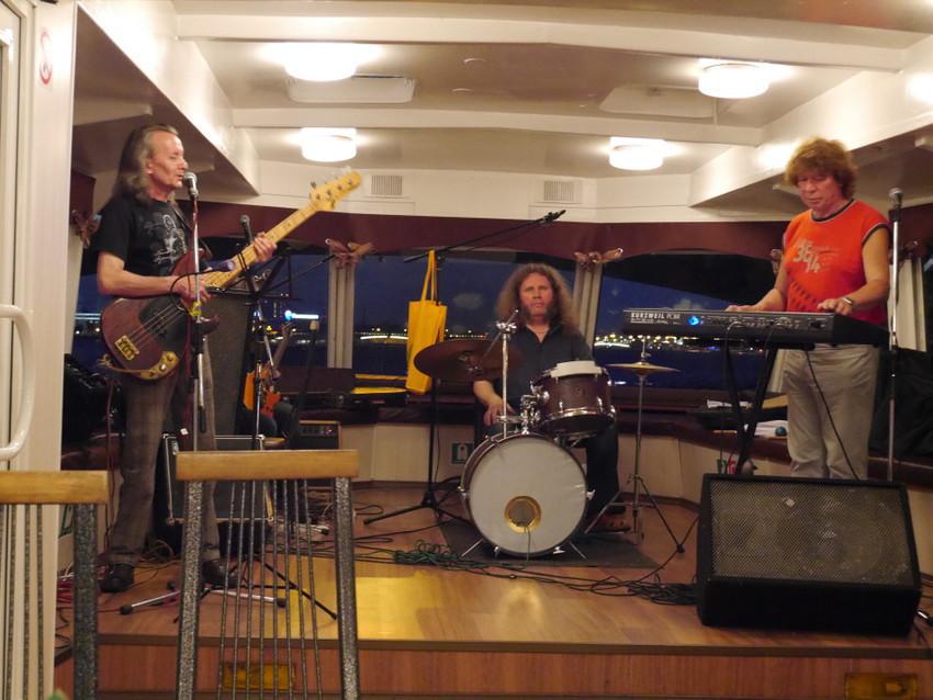 Музыкальный бенд на теплоходе