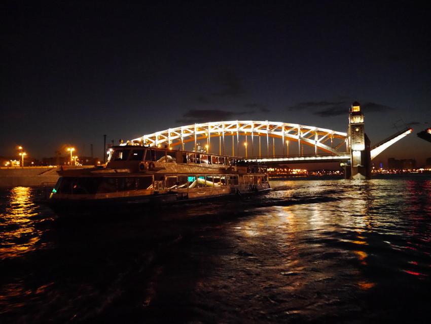 Развод мостов на воде