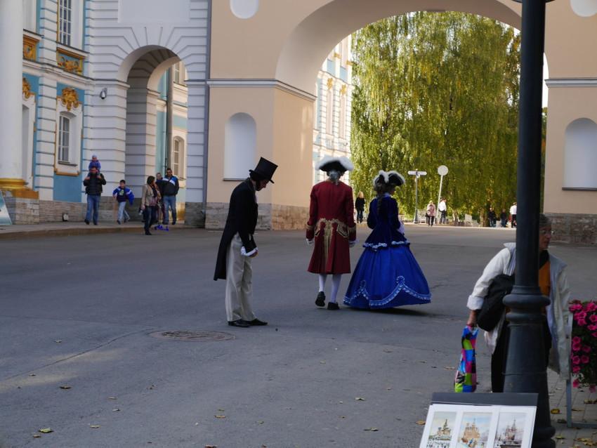 Около лицея можно встретить и самого Пушкина с Петром и Екатериной