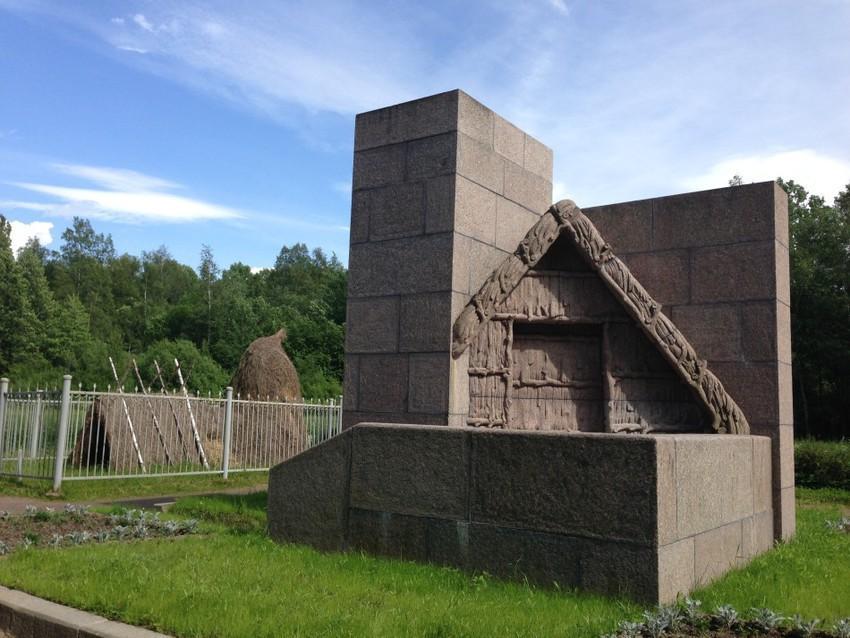 Памятник, установленный на месте шалаша Ленина