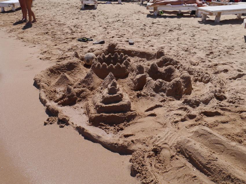 Песочные замки на побережье