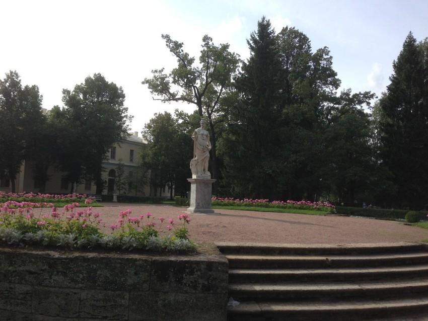 Скульптуры около дворца