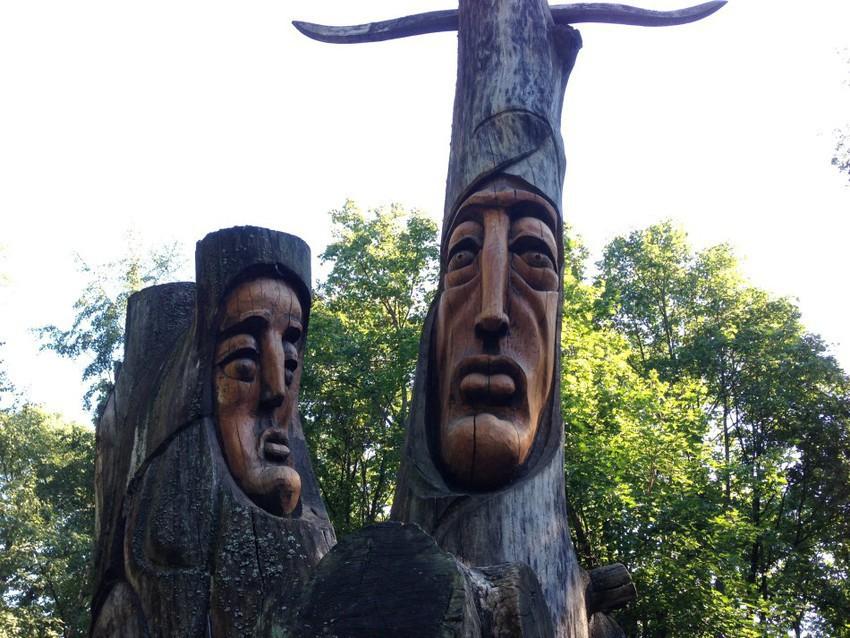 Монументы в парке