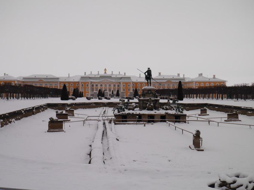Вид на дворец из Верхнего парка зимой