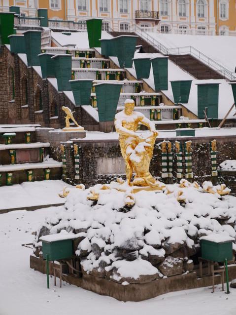 Фигуры Большого каскада зимой