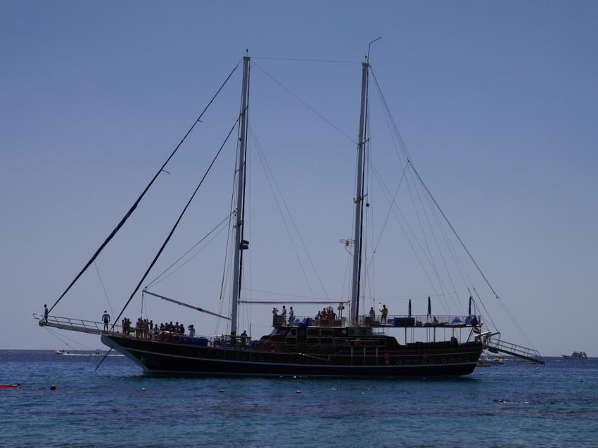 Прогулочный корабль с выходом в море.