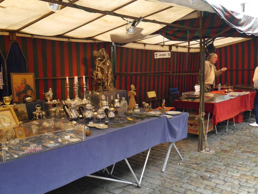 Антикварный рынок на площади Ле Саблон