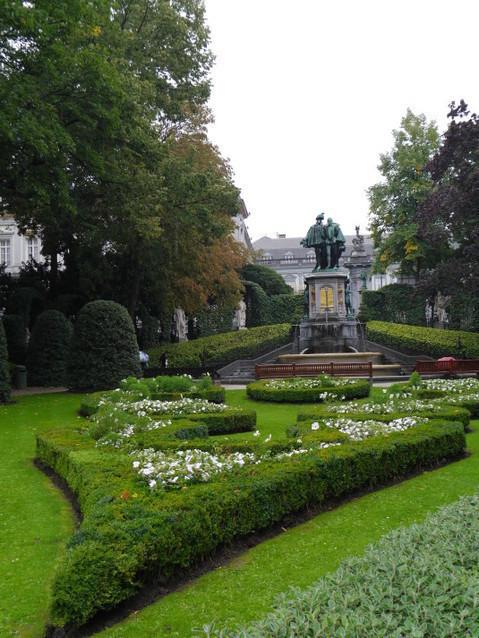 Сквер около собора Нотр Дам дю Саблон