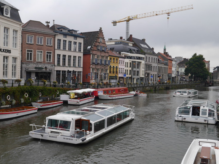 По каналам Гента можно прокатиться на кораблике.