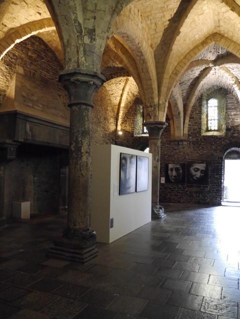 Выставка внутри одной из комнат замка