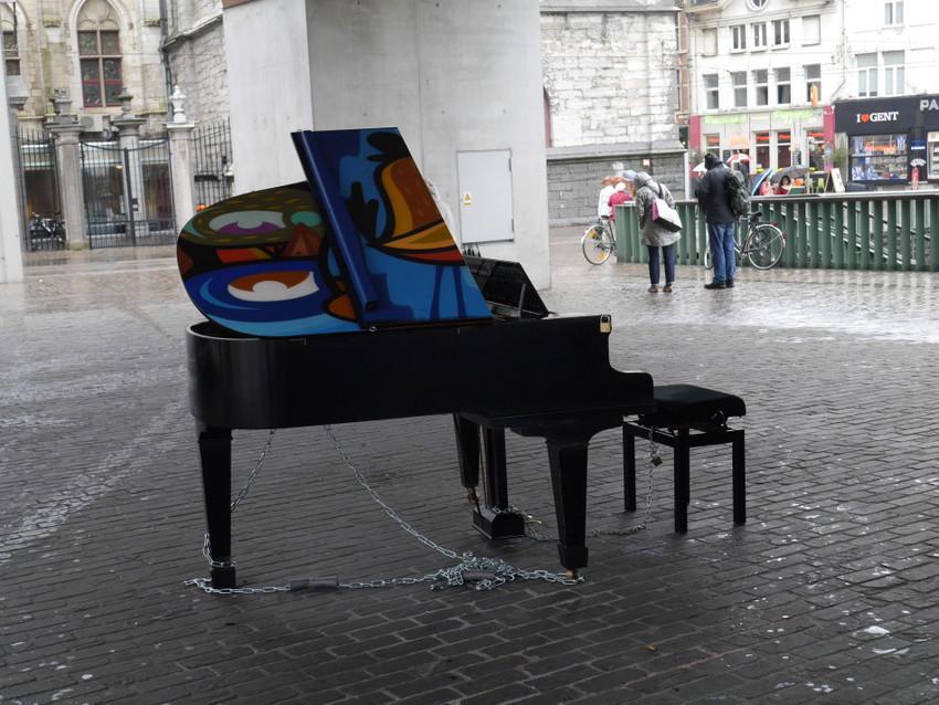 Рояль на улице Гента