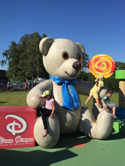 Огромный медведь на детской площадке