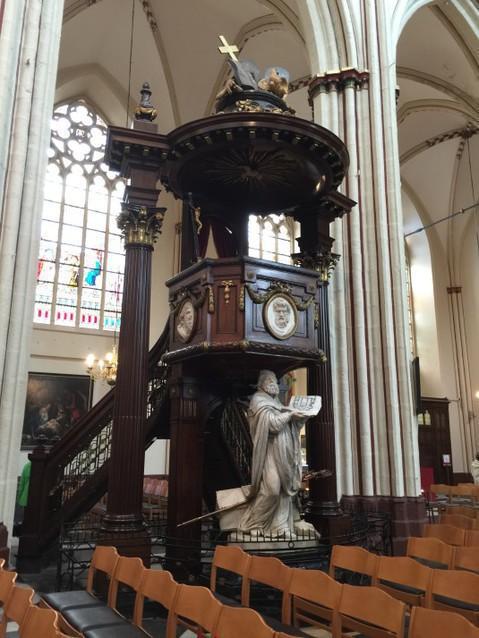 Внутри собора Сан Сальватор