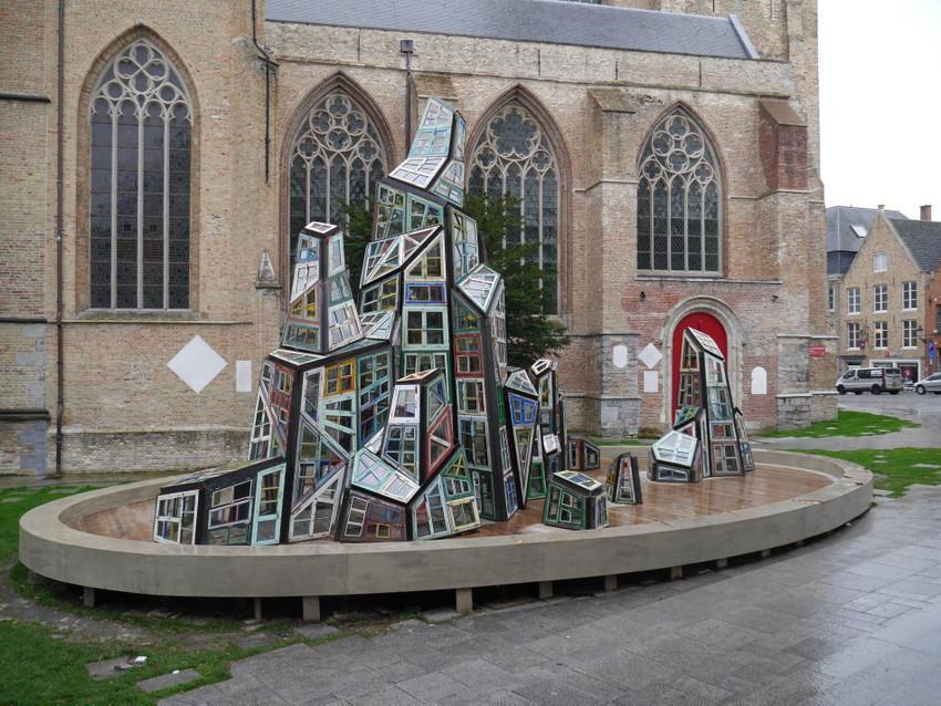 Скульптура около собора Сан сальватор