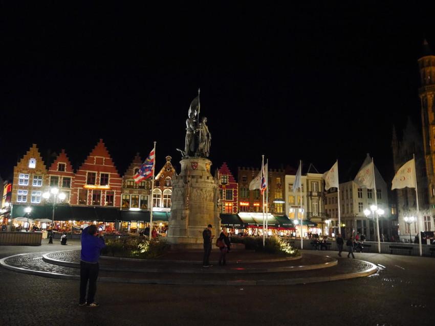 На площади Маркт ночью