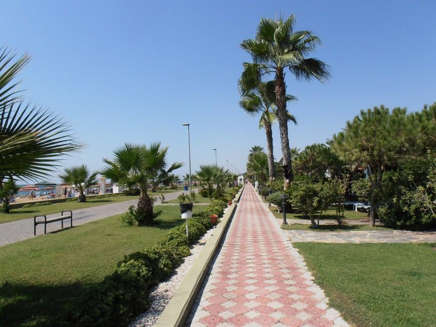 Прогулочная улица недалеко от моря
