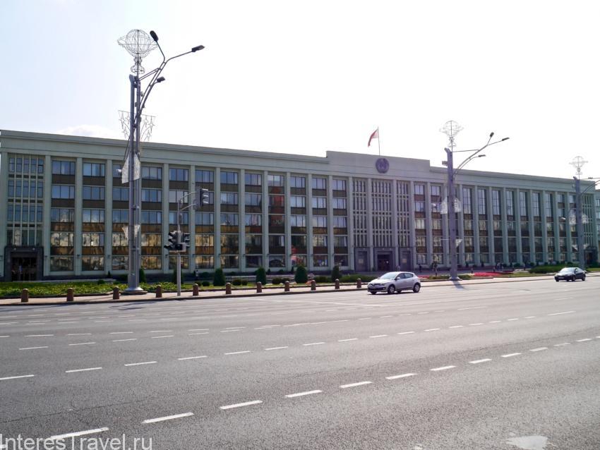 Одно из правительственных зданий на площади