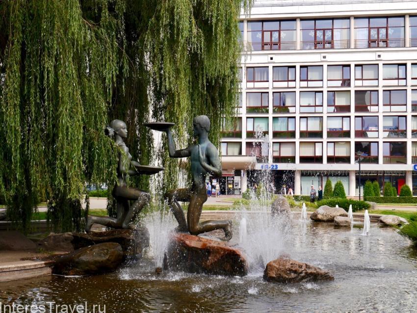 В городе много зеленых мест и фонтанов