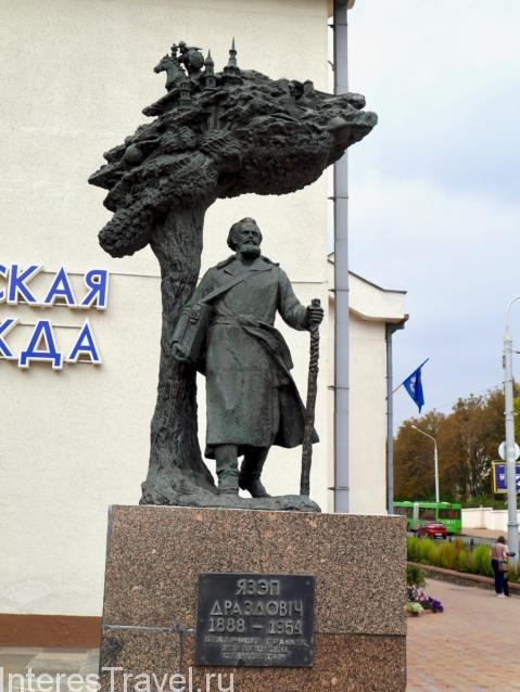 Памятник у Троицкого предместья