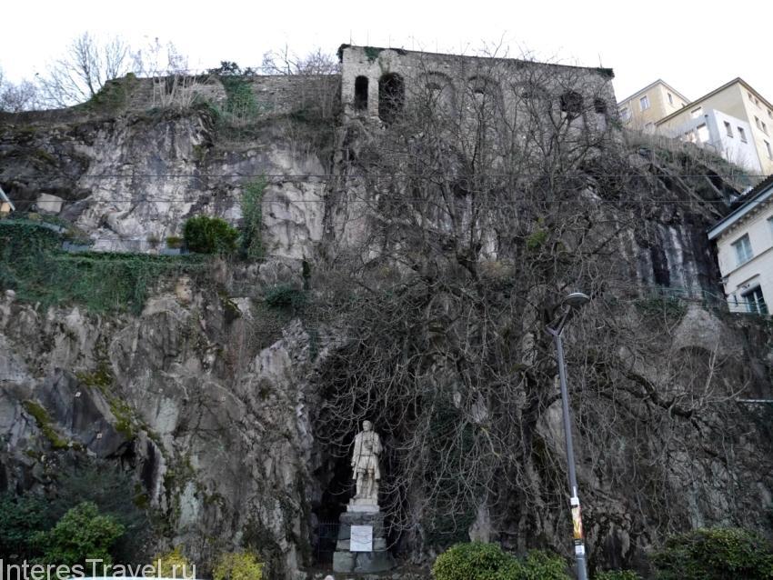 Памятник в скале в Лионе.