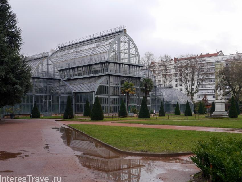 Ботанические оранжереи в парке
