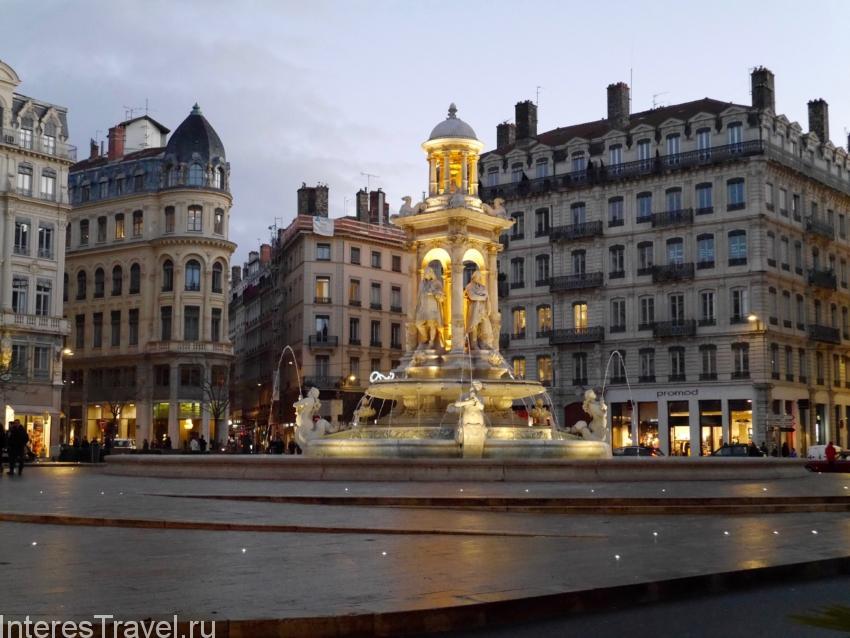 Одна из небольших площадей в Лионе