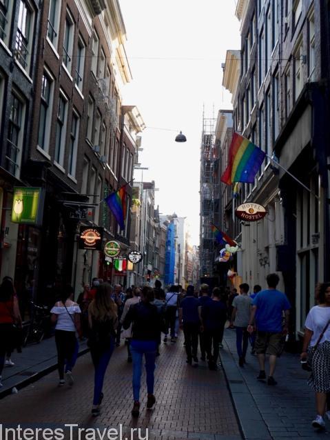 Старая часть города. Амстердам. Туристическая улочка