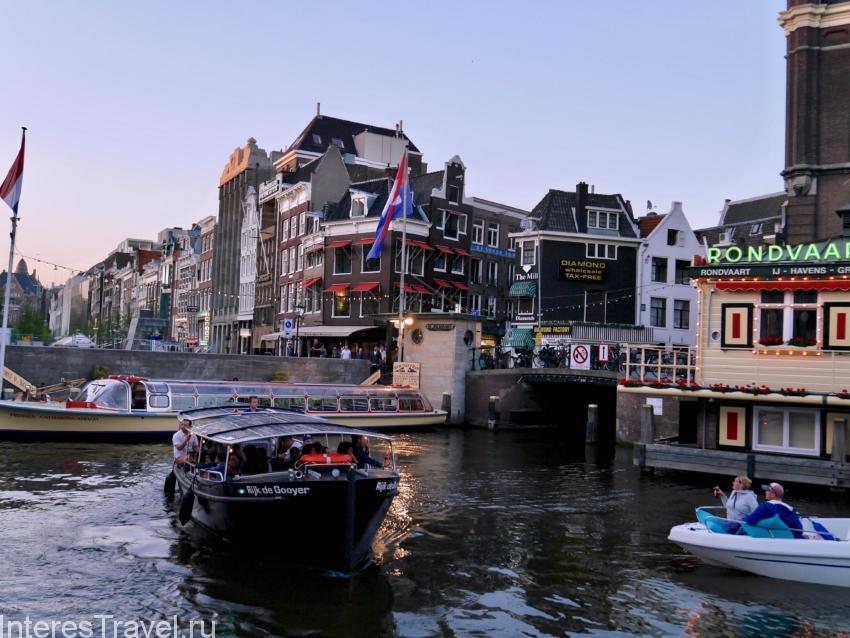 Лодка для водной экскурсии. Амстердам