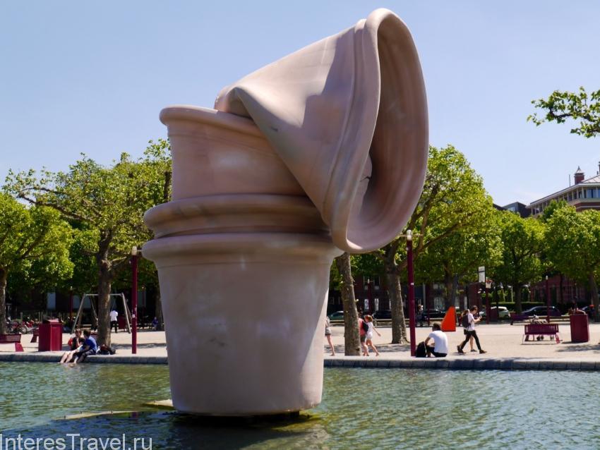 Скульптуры около государственного музея